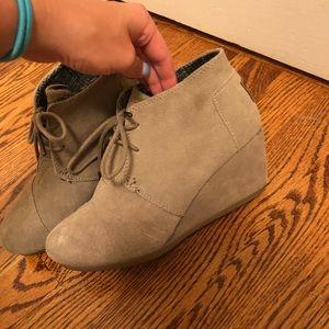 Toms suede booties never worn!